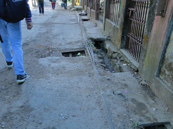 Hotel Anand Palace: Pot holes on the approach road