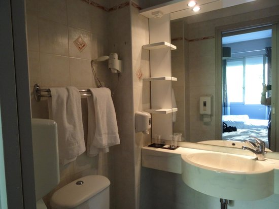 Thalassa Hotel : Petite salle de bains