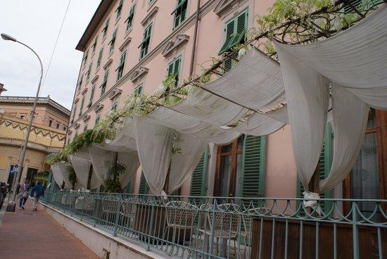 Hotel Ercolini & Savi: Parkplatzmöglichkeit vor dem Hotel