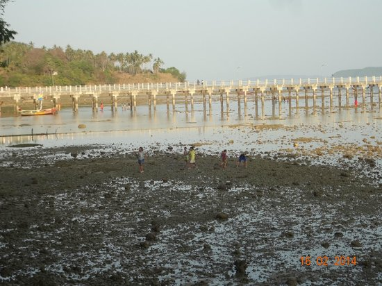Nikitas Beach Restaurant : Le Pier de Rawaï vue de chez Nikitas a marée basse