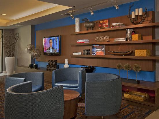 Courtyard Columbus West: TV Lounge