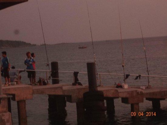 Nikitas Beach Restaurant : Les pêcheurs au bout du Pier de Rawaï à côté de Nikitas