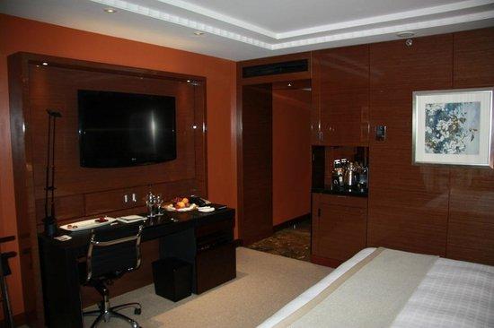 Four Seasons Hotel London at Park Lane: Premier Room - TV