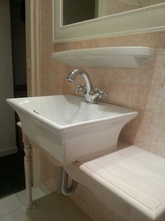Azurene Royal Hotel: bathroom sink