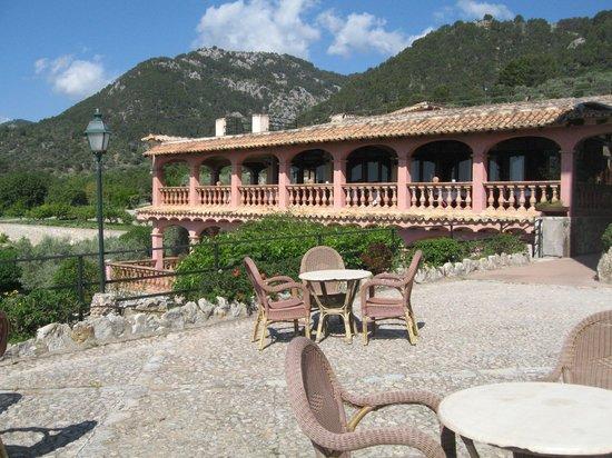 Hotel Rural & Spa Monnaber Nou: Sicht über den grossen Vorplatz zum Esssaal