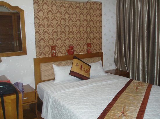 Tu Linh Palace Hotel 2: our room