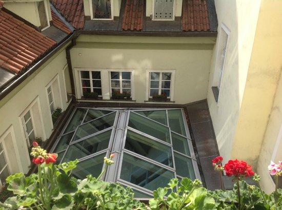 Hotel U Zlateho Stromu: Вид из номера на внутренний дворик