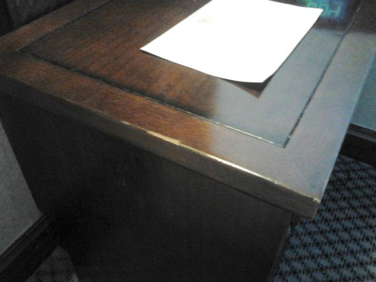 The Langham, Auckland : Chipped/worn bed-side table