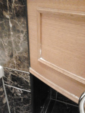 The Langham, Auckland: Built-up grime on bathroom vanity