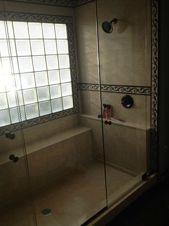 I Thee Wed bathroom double shower head - Picture of Lisbeth\'s Bed ...