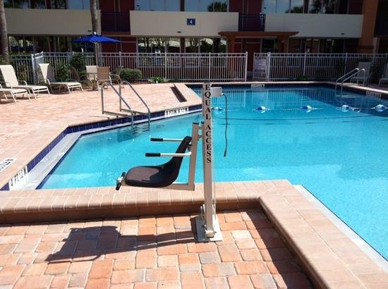 Red Lion Hotel Orlando - Kissimmee Maingate : pool chair for the disabled