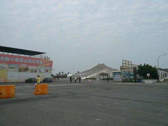 Chigu Salt Mountain : 塩山駐車場にて。自転車、車は入場料取られる