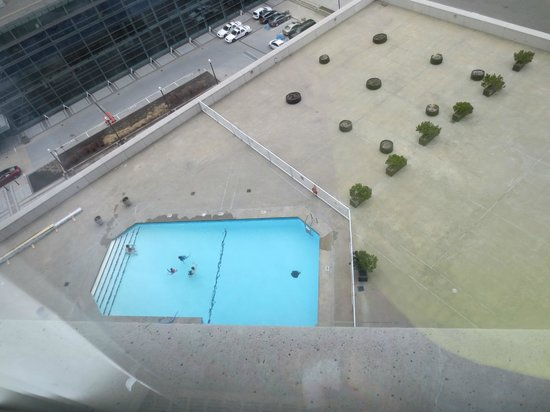Hilton Quebec : View of Pool from 10th Floor