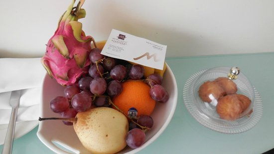 Metropark Hotel Causeway Bay Hong Kong: Lovely basket of fruit