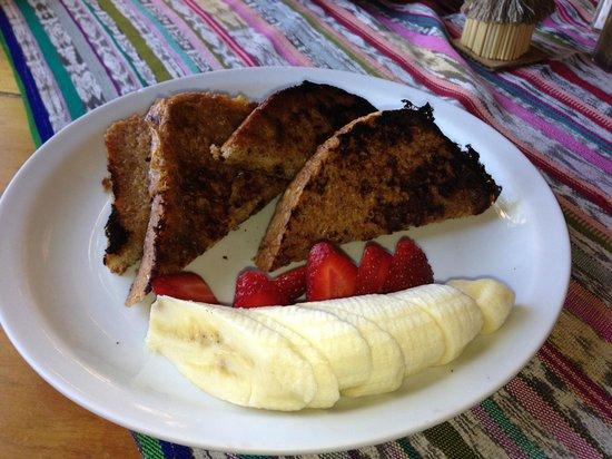 La Iguana Perdida Hotel: Breakfast french toast with fresh fruit