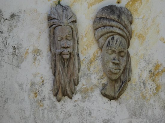 Good Hope Plantation : Carved heads at the Hope House