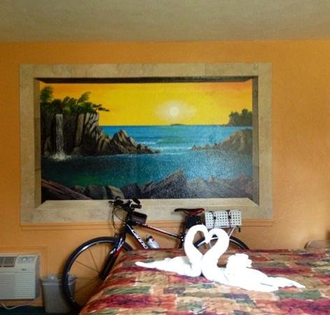 Super Inn Daytona Beach: loved the swan towel sculpture. the next day it was something else but we arent sure what.