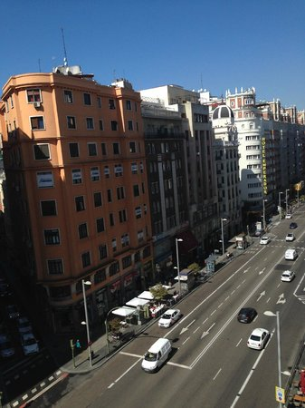 Hostal Main Street Madrid: Vista da Gran Via pela varanda.