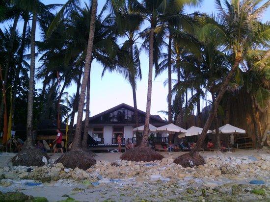 Microtel Inn & Suites by Wyndham Boracay: подмыло пляж