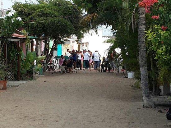 Posada Tropicana: Calle tipica con una fiesta de 15 años