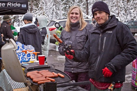 Bay Area Ski Bus: BBQ'd Dogs and Burgers at Apres!