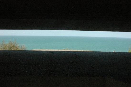 Longues Battery: Observation bunker right at the cliff edge