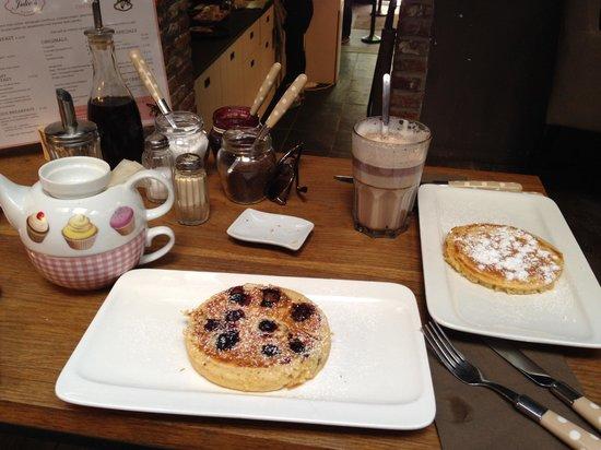 Julie's House: Blueberry pancake & original pancake