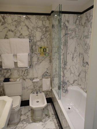 Badrutt's Palace Hotel: Ванная, очень маленькая