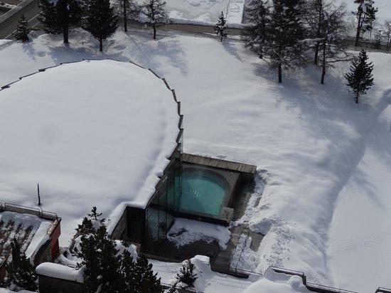 Badrutt's Palace Hotel : Вид с окна номера на бассейн под открытым небом и спа