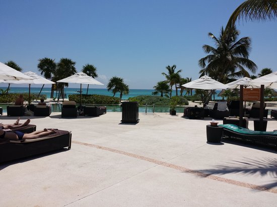 Secrets Maroma Beach Riviera Cancun: Love the view from the pool