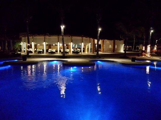 Secrets Maroma Beach Riviera Cancun: Beautiful evening at rhe pool