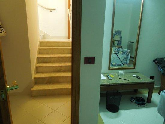Hotel Apartamentos do Golf : Steps from main lounge to bedroom