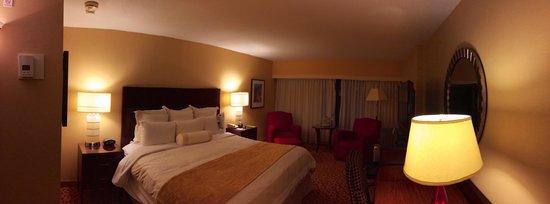 Toronto Marriott Bloor Yorkville Hotel: Panorama of room