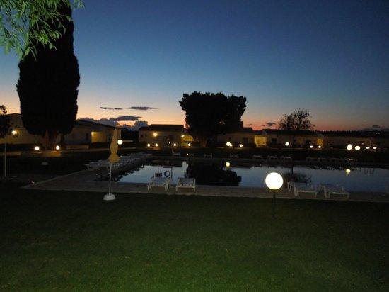 Hotel Apartamentos do Golf: Pool at night
