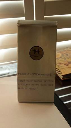 Harbour House Hotel: Cookies in the bag, with a welcome note.