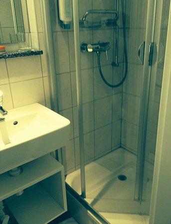 Hotel City Inn: Bathroom shower