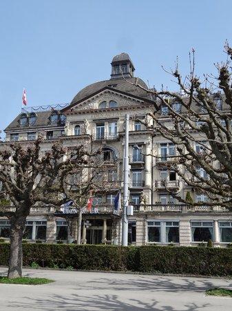 Eden Au Lac: Вид отеля с набережной