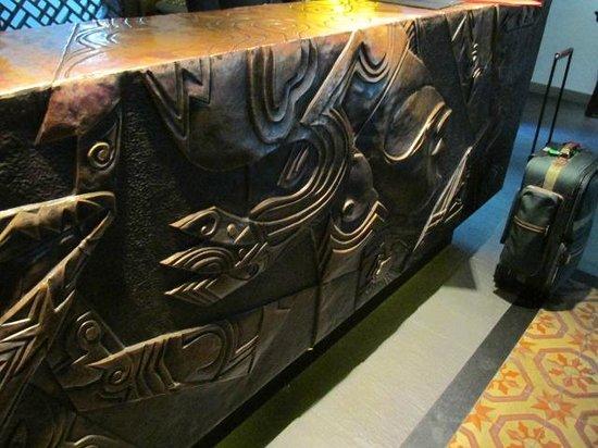 Shichahai Shadow Art Performance Hotel: Bronze front desk