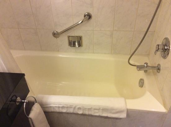 Novotel Seoul Ambassador Gangnam : yellow bath :(