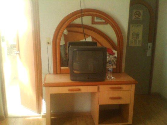 Hotel Diligencias: La tv. es bastante vieja y anticuada.