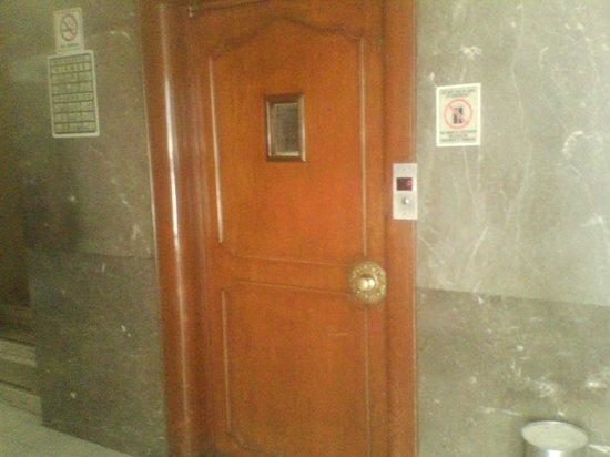 Hotel Diligencias: El elevador es muy viejo y huele mal.