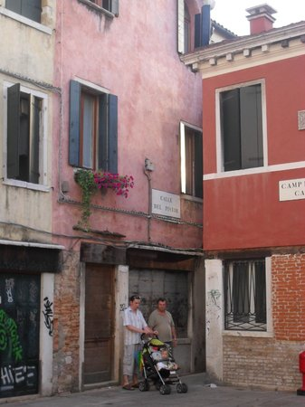 Palazzo Guardi : The wee lane leading to the hotel