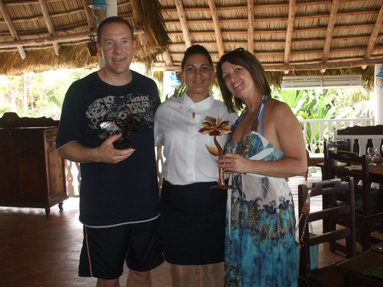 Melia Cayo Coco: Yari (Nany),Sylvie and Glenn at the beach grill ;-)