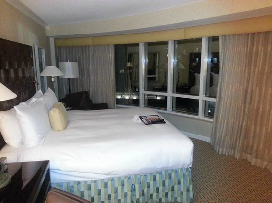 Fairmont Waterfront : corner room