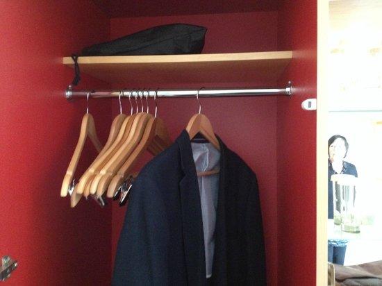 DoubleTree by Hilton London - Westminster : Wardrobe
