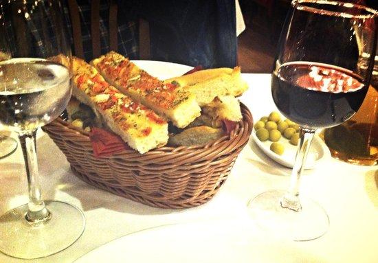 La Tagliatella Cordoba: Pan de la casa, olivas y vino