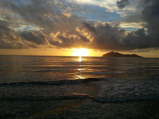 Mission Beach : Sunrise over Dunk Island, Wongaling Beach