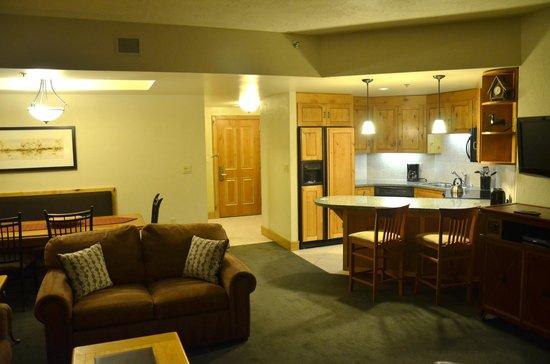 Grand Summit Hotel: Living/dining/kitchen