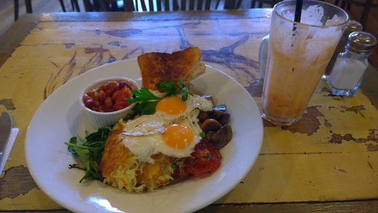 Blue Mist Cafe: Veggies, Fried Eggs, Hashbrowns, Beans, and a Zest Ginger Juice