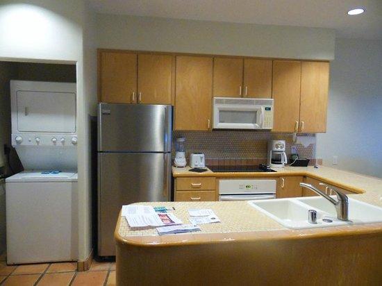 Kona Coast Resort: Kitchen with washer and dryer